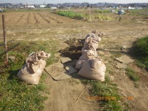 田んぼ土を運び出す